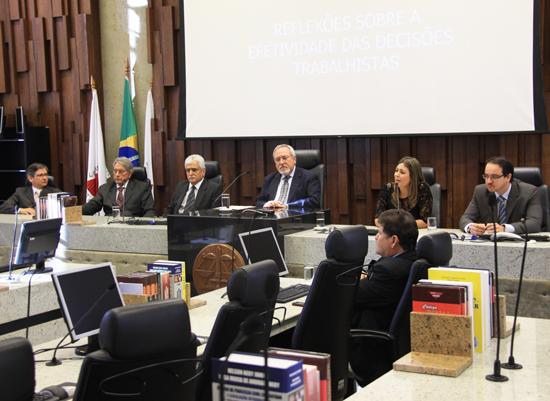 Professores Antônio Álvares, Daniela Muradas e Renato César lançam conjunto de obras no TRT (imagem 1)