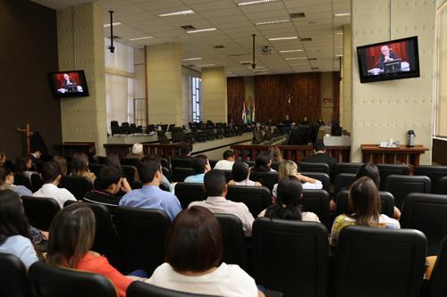 Alunos de Curso de Direito de Oliveira participam de atividades no TRT (imagem 1)
