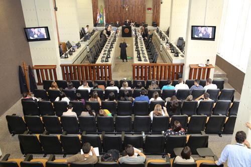 Alunos da Newton Paiva assistem sessão da SDI (imagem 1)