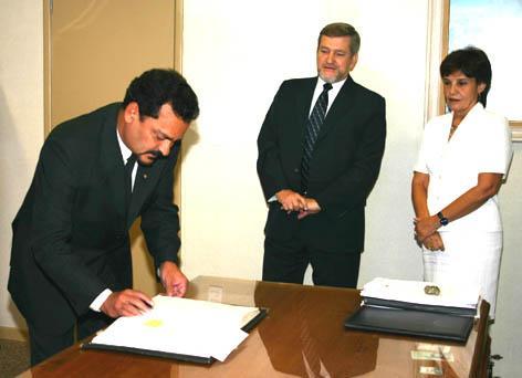 Juízes Márcio Ribeiro do Valle e Deoclécia Amorelli Dias, Presidente e Vice-Presidente do TRT, respectivamente, durante assinatura do termo de posse pelo Juiz Anemar Pereira Amaral