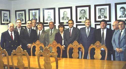Dentre o grupo de advogados presentes ao evento, da esquerda para a direita: a Juíza Deoclécia Amorelli Dias, Vice-Presidente do TRT, Dr. Raimundo Cândido Junior, Presidente da OAB/MG, Juiz Márcio Ribeiro do Valle, Presidente do TRT e o Juiz Paulo Roberto Sifuentes Costa.